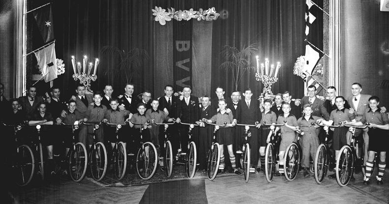 Landskampioen in 1948. De spelers krijgen een fiets cadeau