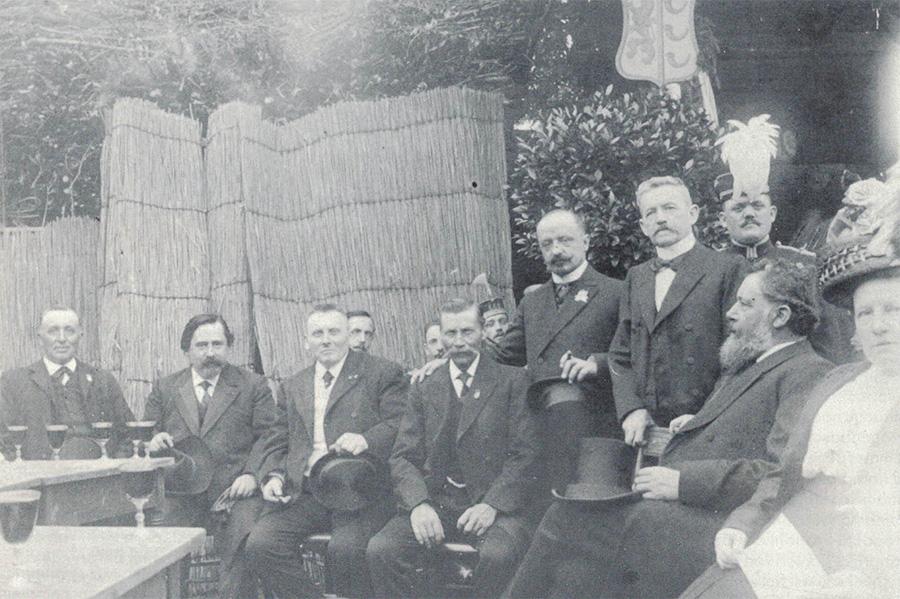 Beschermheer Eugene Goulmy temidden van de schutters van Nimrod bij het 50- jarig bestaan in 1912. Op de achtergrond de tambour-maître van de Koninklijke Harmonie.